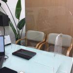 今週から接客テーブルにアクリル板を設置しています。